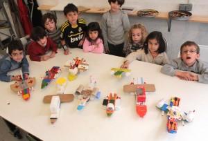 Niños con aviones